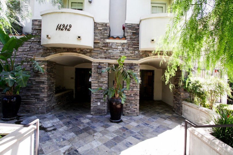 The entryway into 14242 Burbank Blvd in Sherman Oaks