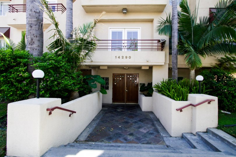 The entrance into 14290 Dickens St in Sherman Oaks