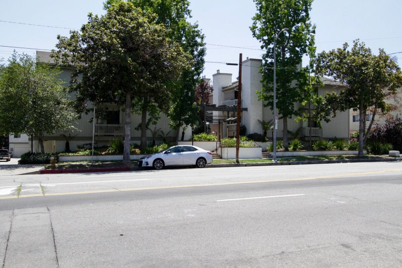The 14348 Riverside Dr building in Sherman Oaks
