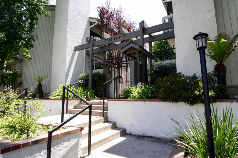 The entryway into 14348 Riverside Dr at Sherman Oaks