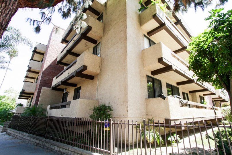 The architecture of 14923 Moorpark St in Sherman Oaks