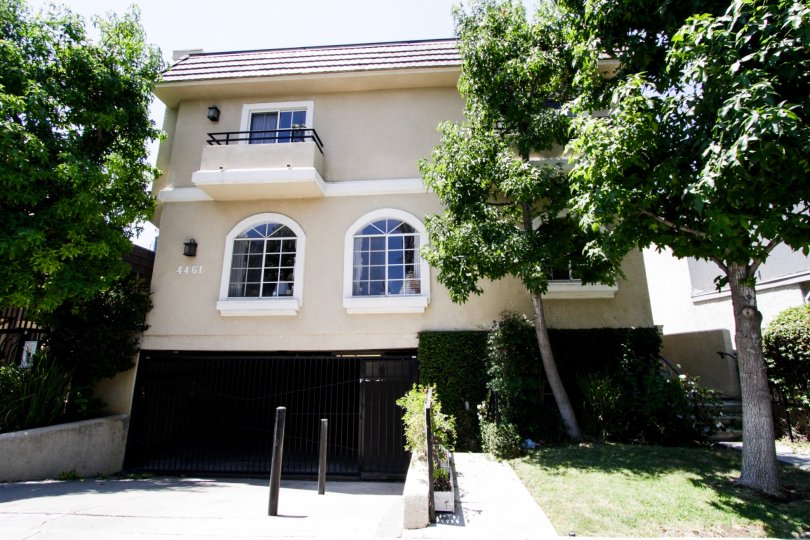 The drive for 4461 Vista Del Monte Ave in Sherman Oaks
