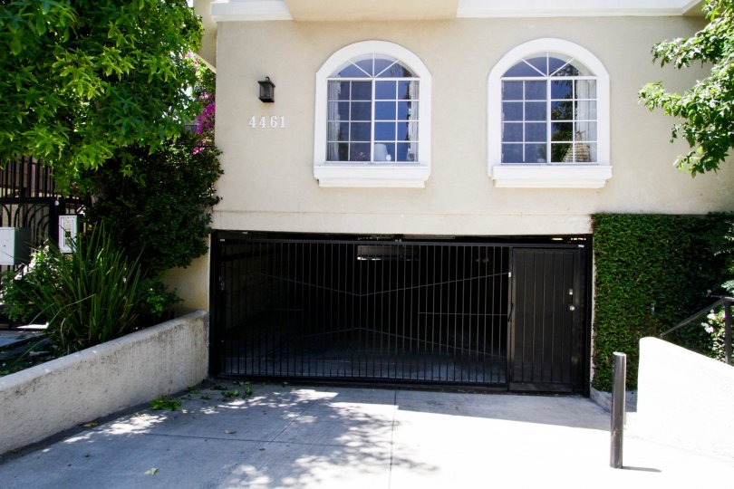 The entrance into 4461 Vista Del Monte Ave in Sherman Oaks