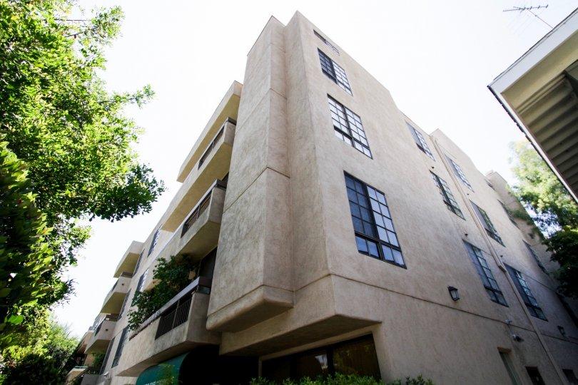 The building at Dickens Court Condominiums