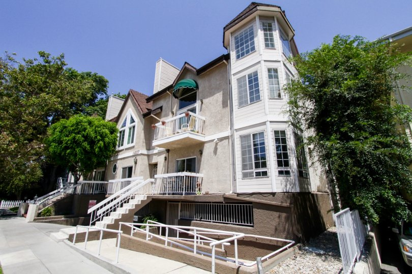 The architecture of Dickens Crest in Sherman Oaks