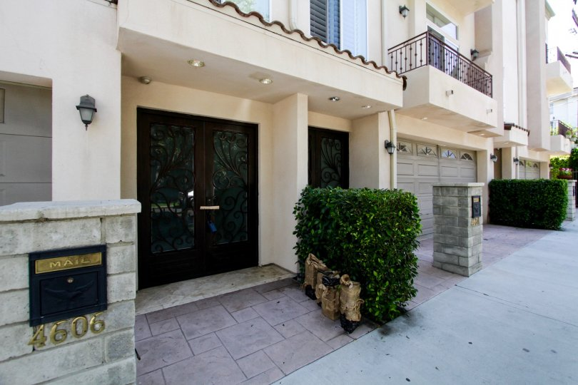 The entryway at Norwich Townhomes in Sherman Oaks