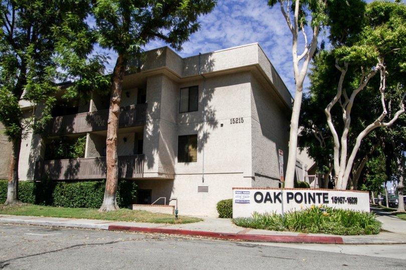 The entrance into Oak Pointe