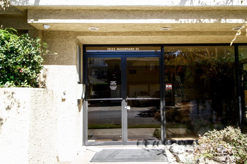 The entrance into 12152 Moorpark St in Studio City