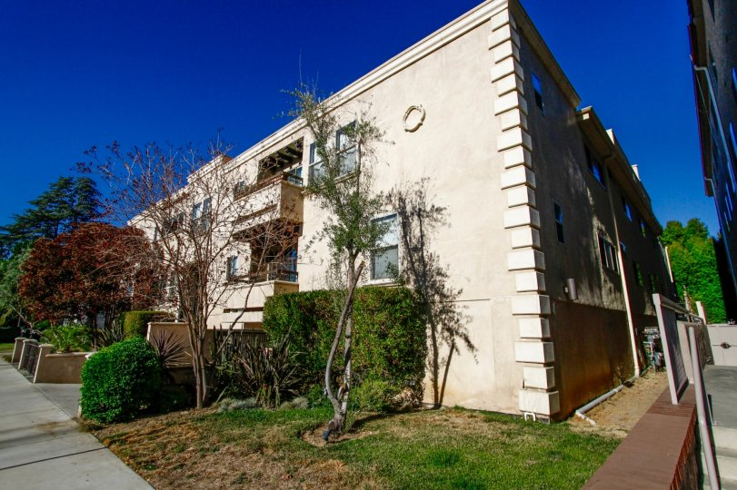 The building at 4466 Coldwater Canyon Ave in Studio City