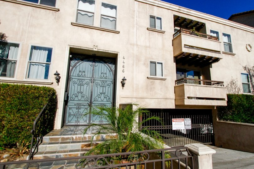The entrance into 4466 Coldwater Canyon Ave in Studio City