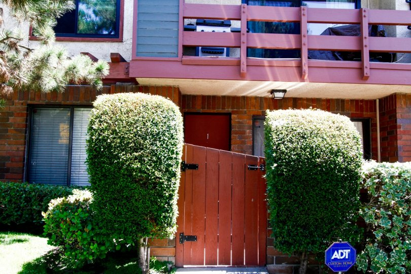The entryway into 4524 Tujunga Ave in Studio City