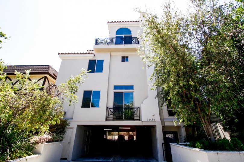 The Moorpark Townhomes building in Studio City