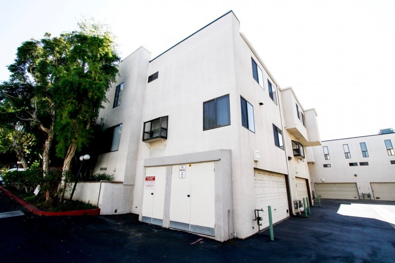 The building in Tarzana Court