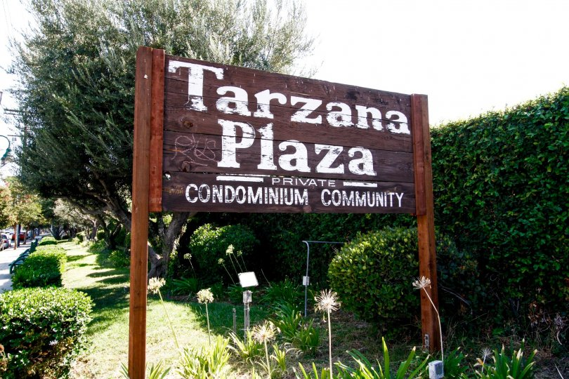 The sign welcoming you into Tarzana Plaza in CA California