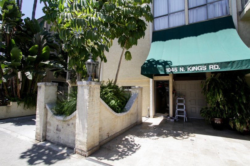 The entryway into Kings Manor in West Hollywood