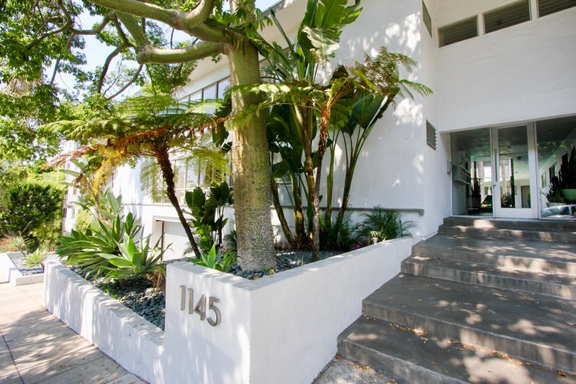 Looking for a nice and happy place to stay with stay in Larrabee Villas in West Hollywood