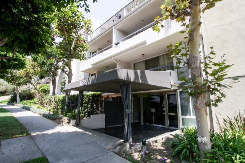 The entryway into the West Knoll Condominiums in West Hollywood