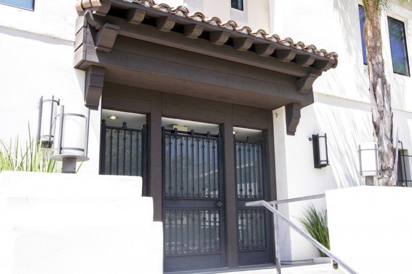 The secure entrance of Avenida Prosser in West LA