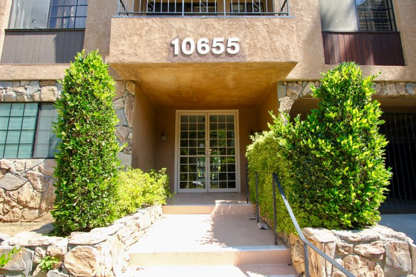 A builing in kinnard villas of westwood that has the beautiful entrance.