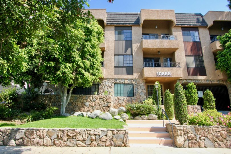Kinnard Villas, westwood, California is A beautiful sky high well construct building which have ancient looking stones with light brown colour and shiny bright glass windows. Black grill balcony enhance its beauty hundred times more. A sunny bright day gi