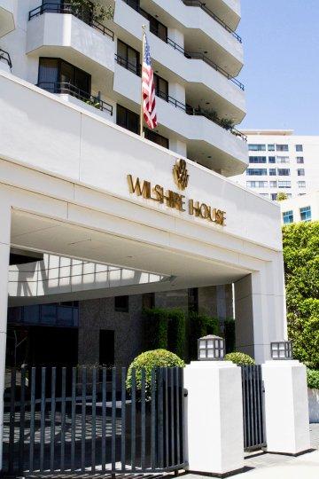 The entrance into the Wilshire Lencrest in Westwood