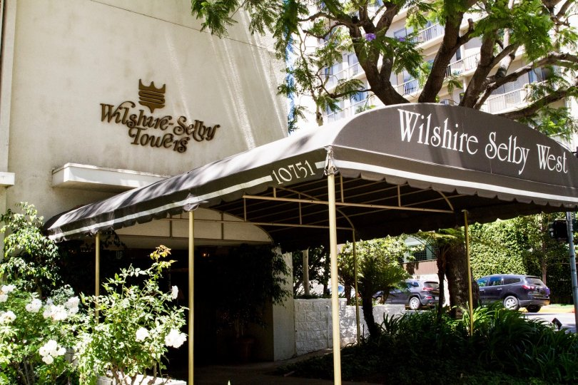 The entryway into the Wilshire Lencrest