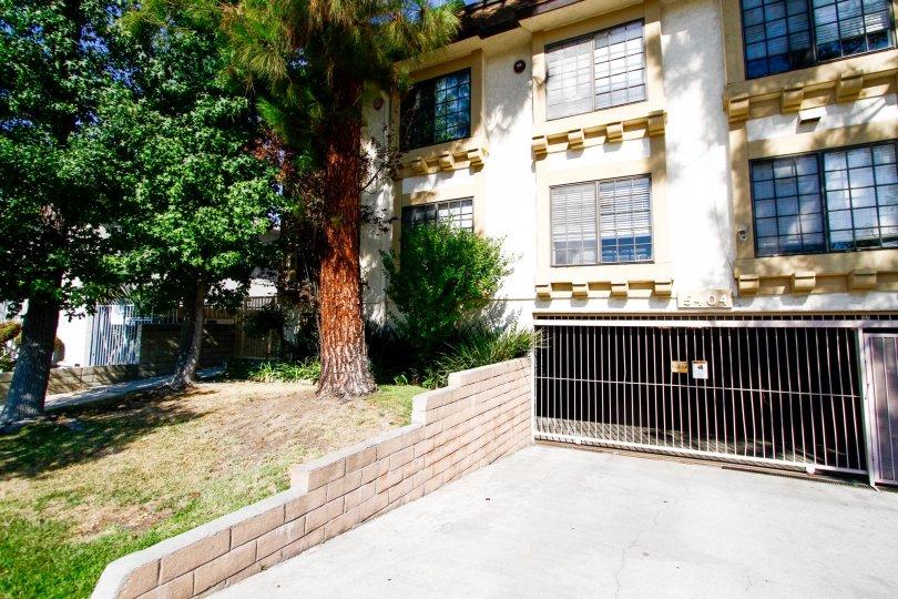 The drive into 5404 Quakertown Ave in CA California