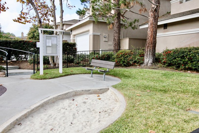Goodlooking sitting place in a lawn near villas of Cottages in Aliso Viejo