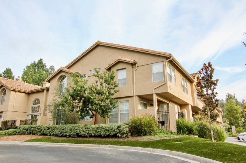 Well maintained community of Seacove Place in Aliso Viejo, CA on a sunny day