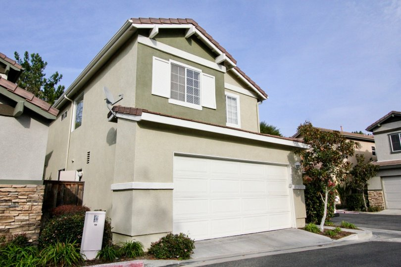 Nicely kept adobe home in the clear sunny Aliso Viejo, California. The homes are close in proximity and very clean.