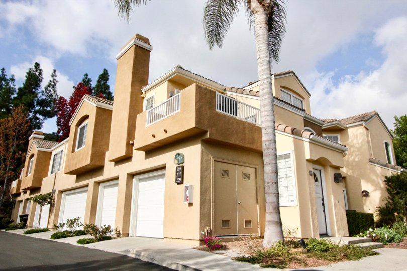 Villa with corner bit having sunshine and palm trees with parking in Villa South of Aliso Viejo