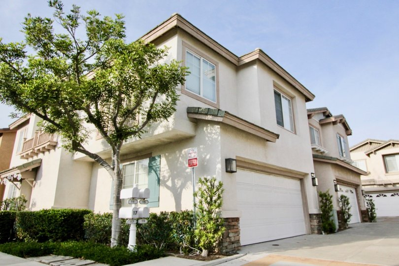 This VIsas Above Wood Canyon home offers two stories and convenient mailbox placement.
