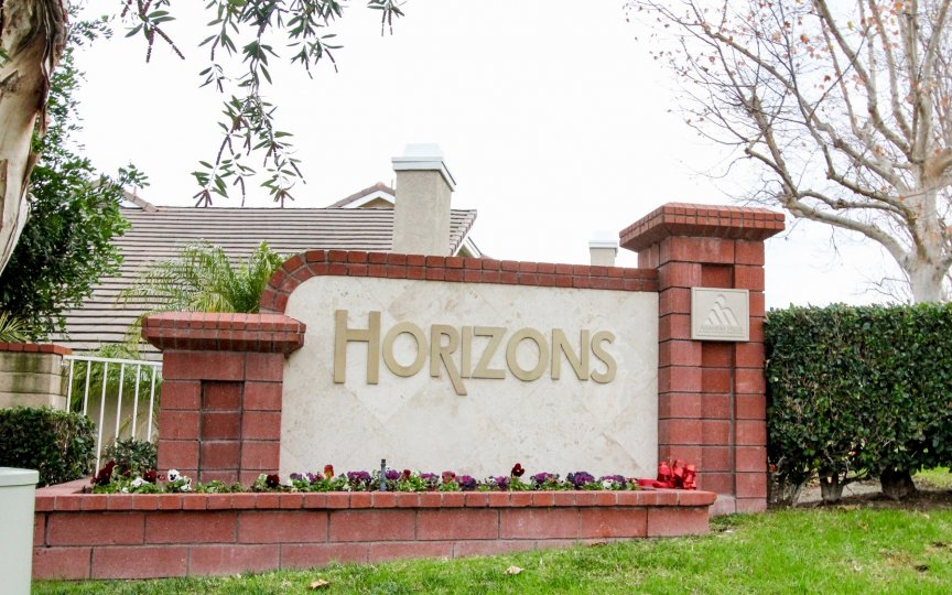 THIS IMAGE SHOWS THE HORIZONS NAME BOARD AND THE BACKSIDE HOME IS SEEN, THIS PLACE LOOKS LIKES A GARDEN THAT HAS PLANTS AND TREES IN THE CITY OF ANAHEIM HILLS