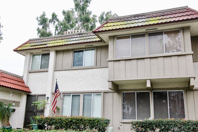 Villa with window panes and USA Flag in Parkdale of Anaheim