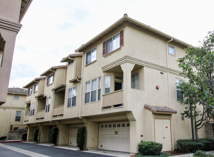 THE APARTMENT WITH SHEDS IN ANAHEIM WHICH HAVE THE GLASS WINDOWS, PLANTS, TREES ARE THERE