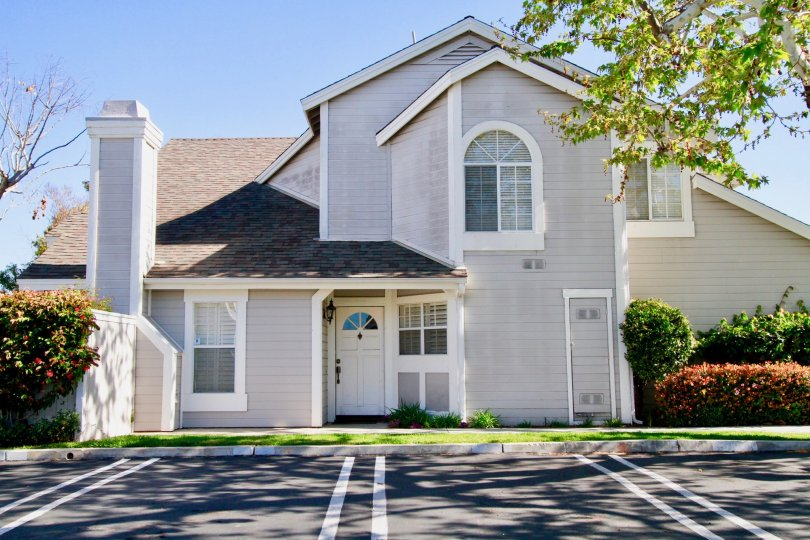 Excellent Parking place and sunshine near a villa with trees in Back Bay Village  of Costa Mesa
