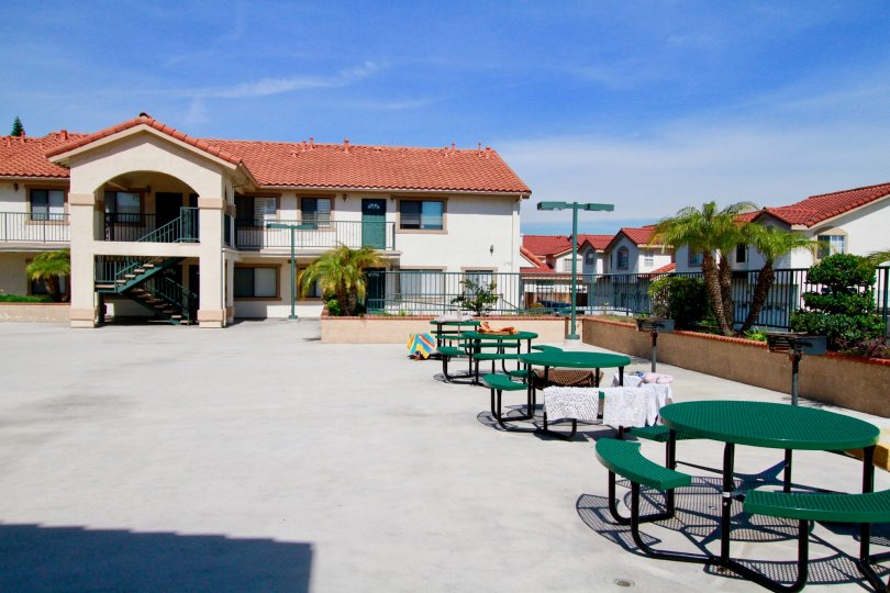 An outdoor common area with tables in Grand Lincoln Village