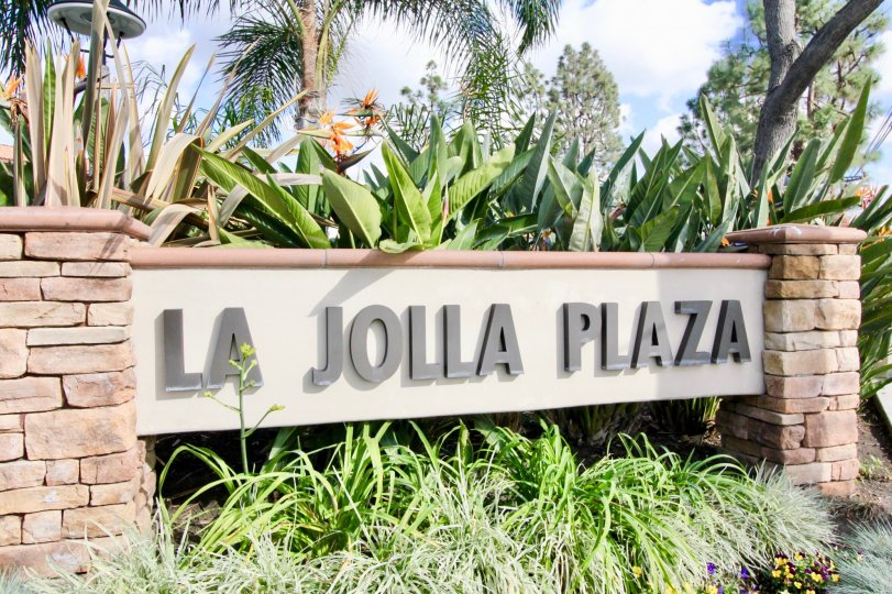 THIS IMAGE REPRESENTS THE GARDEN WHICH IS NAMED AS LA JOLLA PLAZA IS IN THE CITY OF GARDEN GROVE THAT HAS THE LOT OF PLANTS AND TREES