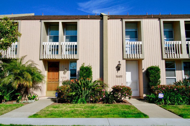 Christiana Bay Huntington Beach California building is box type house paint for biscuts color one room to another room piller attached
