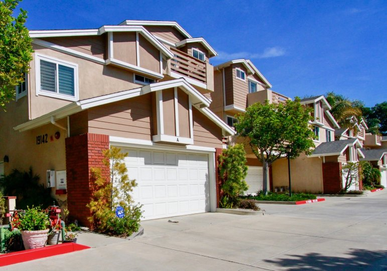 Holly Townhomes, best homes in Huntington Beach, Holly Street Townhomes in California, street play games in Huntington Beach