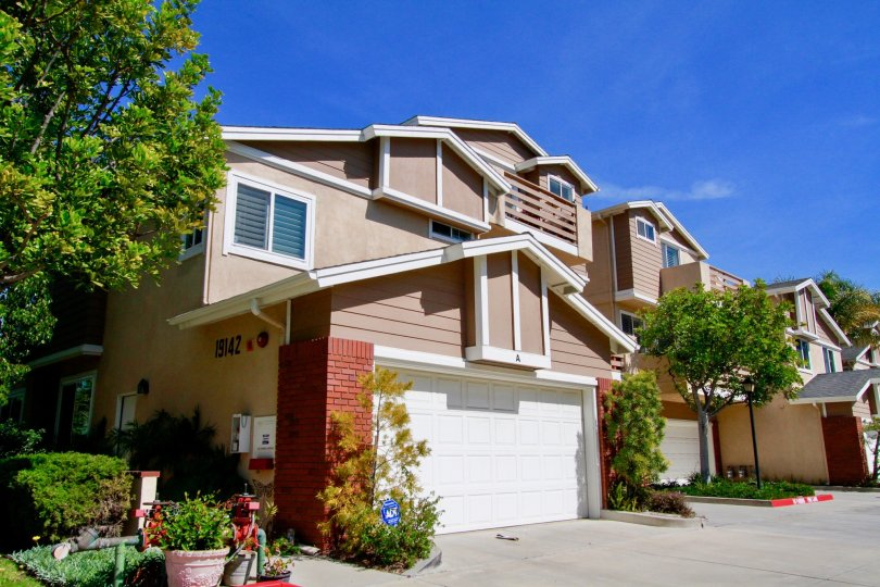 Holly Street Townhomes Huntington Beach California clean blue sky adds more beauty to house