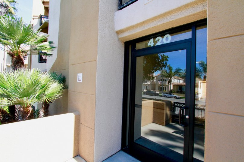 Huntington Bayshore Huntington Beach California building is very super biscuts color paint apply glass window door attached side palm tree coverded very house super