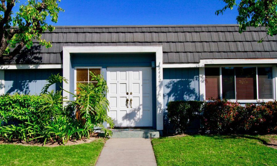 this single floor house built at mariners cove, in there lot of single and simple homes are there.. it is in california