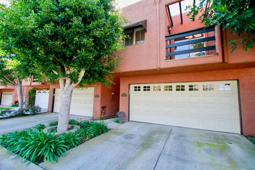 Nicely coloured villa with green trees and a balcony in Pacific Terrace of Huntington Beach