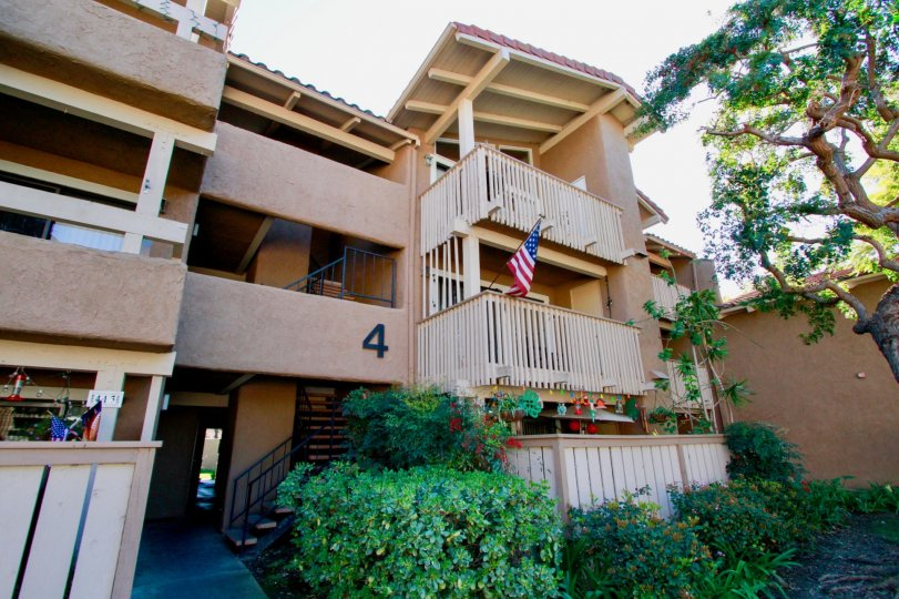the appartment which has four house with the number 4 and also has usa flag in california