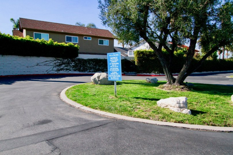 Small turnaround with a public sign notice in the Villa Pacific Community in Hunting Beach, CA