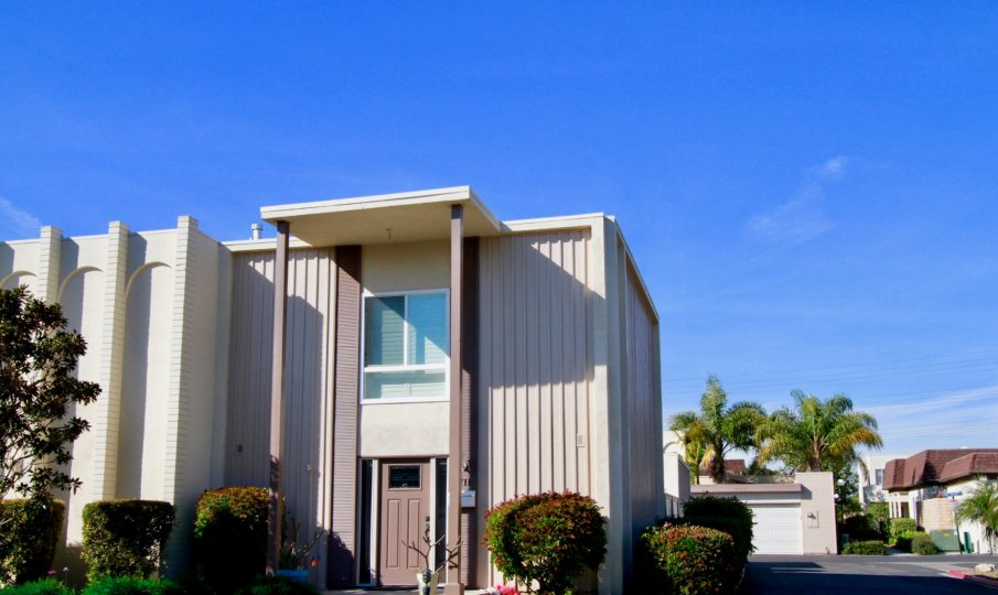 the top celing home with long pillar which is sutiated in the villa pacific of huntington beach, california