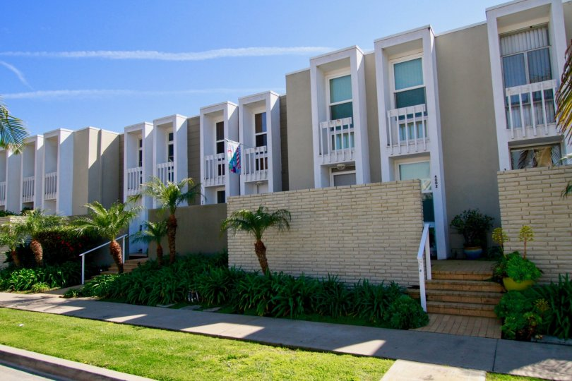 the line houses which has numberless windows in it is sutivated in weatherly bay of huntington beach, california