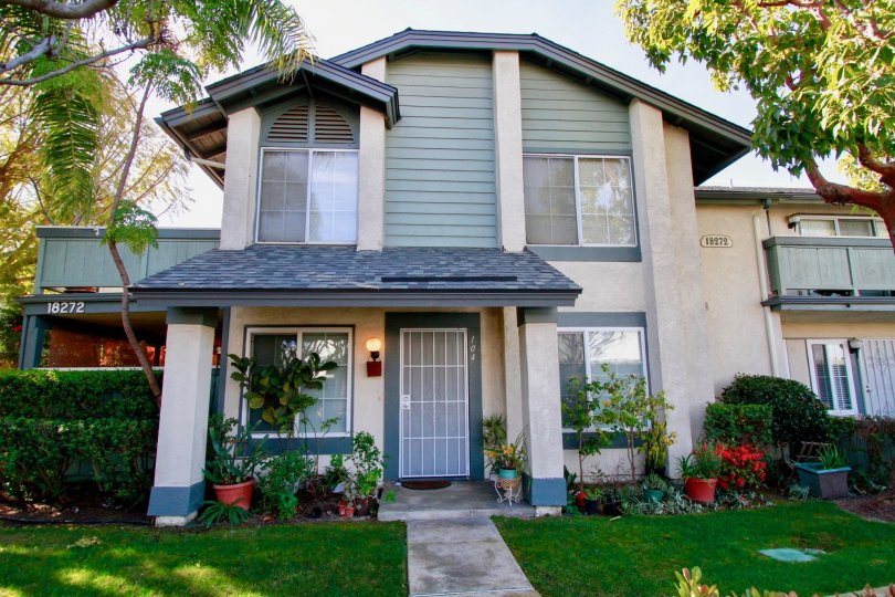 Windward Cove Huntington Beach California building is light brown color paint apply glass window attached top floor paint shapelight blue light attached