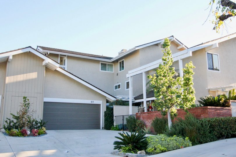 Arborlake is located in the area of Woodbridge, Irvine California. Arborlake is mostly made up of attached 1 to 2 story condos with 2 to 4 bedrooms, 2 to 3 bathrooms, and mostly 2 car garages but there could also be single garages as well. IrvineHomesCA.